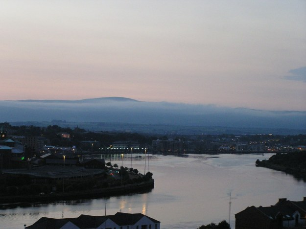 The Foyle as it goes through (London)Derry. Picture via Wikimedia Commons.