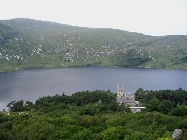 Glenveagh_Castle_-_Lough_Veagh
